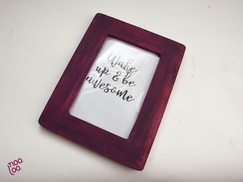 מסגרת עץ פשוטה צבועה בשאריות צבע סגול